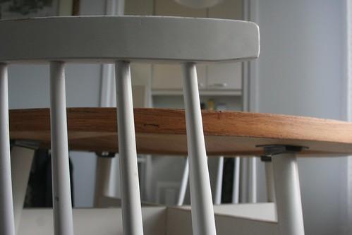 Tuolijapöydänreunaa