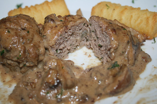 49 - Köttbullar - Schwedische Hackbällchen in Pilz-Sahnesauce - Querschnitt / Swedish meatballs in mushroom cream sauce - Lateral cut