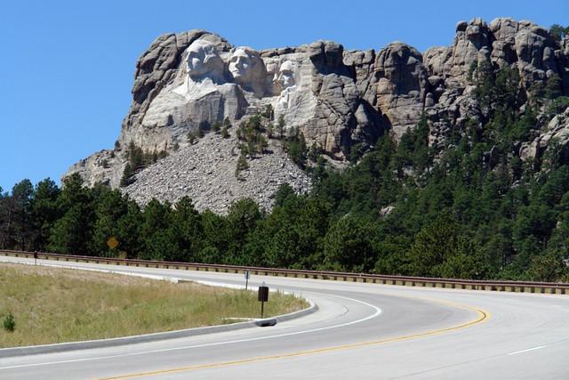 La carretera de acceso a Black Hills desde Rapid City pasando por Keystone, nos deja una vista de WOW, ... antes de entrar al recinto ... Mount Rushmore, símbolo del espíritu de una nación - 10910704274 caee39e96e z - Mount Rushmore, símbolo del espíritu de una nación