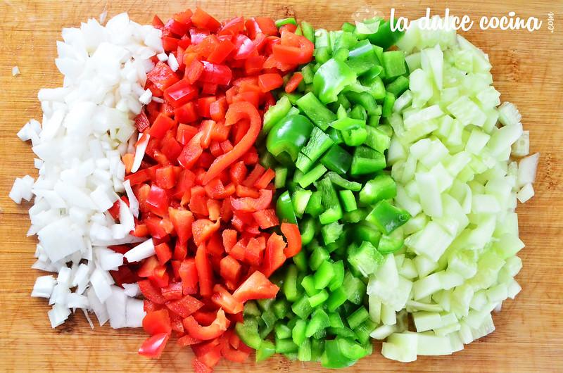 Corta a finos trozos la otra parte de los ingredientes del gazpacho
