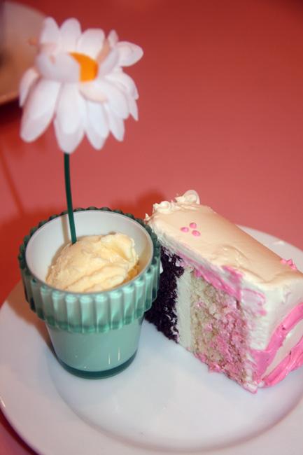 Cafe_close-up-of-cake