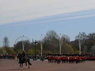 Cérémonie de la relève de la garde à Buckingham Palace - Arrivée de la fanfare