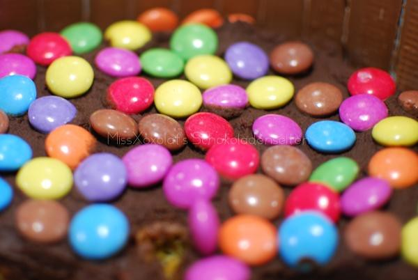 viele, viele bunte Smarties! Kit Kat Birthday Cake