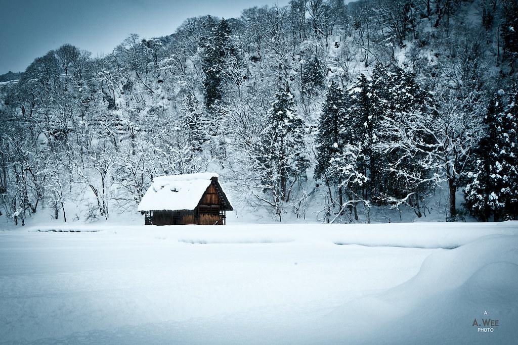雪積もる白川郷の合掌造りの家