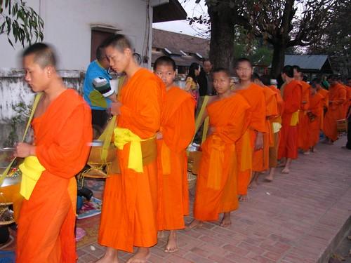 Ronda limosnera de monjes en Luang Prabang