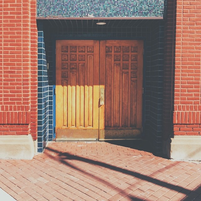 Wandering through Edgewater. {#vscocam #vsco #edgewater #door #shadow #squares #shapes #igerschicago #jj_chicagoland}
