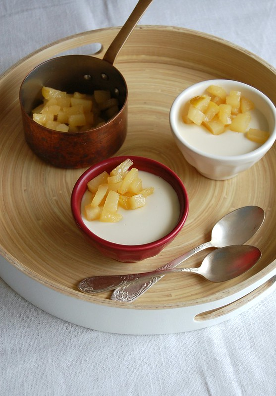 Amaretto panna cotta with caramelized pear / Panna cotta de Amaretto com pêras carameladas
