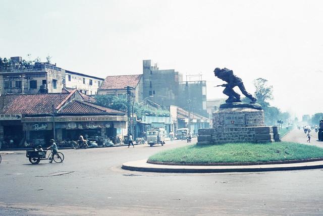 1968 Statue in Saigon Street - Tượng Chiến sĩ Vô danh, vòng xoay giao lộ Hồng Bàng-Tổng Đốc Phương