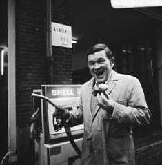 Benzinepomphouder met oliebol / Petrol pump attendant with an 'oliebol'