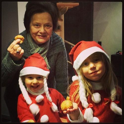 Oma, de kerstmeisjes en de oliebollen!
