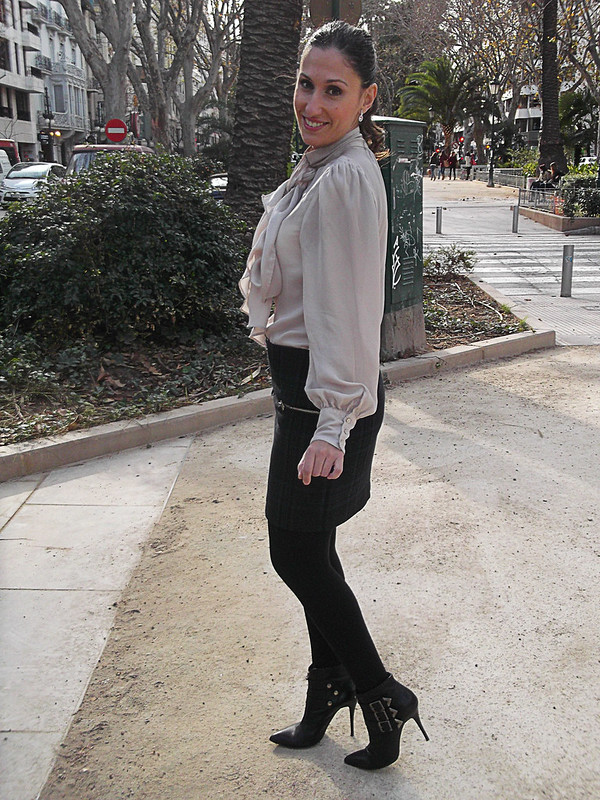 mini de cuadros con cremalleras, blusa rosa palo gran lazada, botines hebillas, canvas mini skirt with zippers, pink blouse great bow, booties with buckles, zara, gloria ortiz, parfois, swarovski