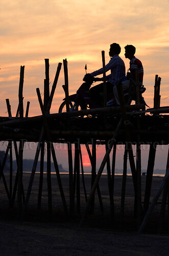 sunset man vertical soleil asia cambodge cambodia ngc transport bamboo moto pont asie mekong bambou contrejour homme ombrechinoise nationalgeographic couchedesoleil kampongcham bertranddecamaret