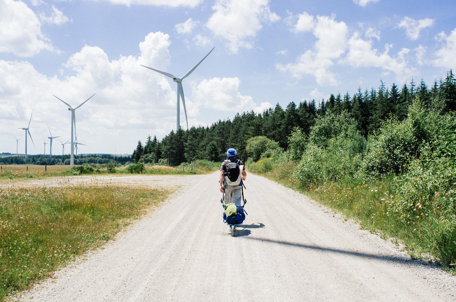 Sur les grands causses, champs d'Éoliennes et camps militaires - Carnet de voyage en France
