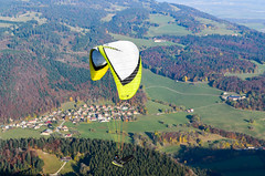 Paragliders between the Mont d'Or and the Suchet