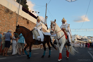 Mojacar Moros y cristianos  / cabilas moras jinetes en blanco