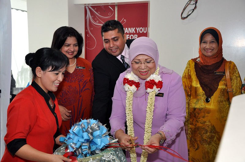A token of appreciation from Globe by Sarah Hughes for Y B Datuk Rohani Abdul Karim.jpg