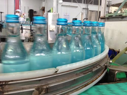 中身が充填されて次の工程に@木村飲料 浜工場