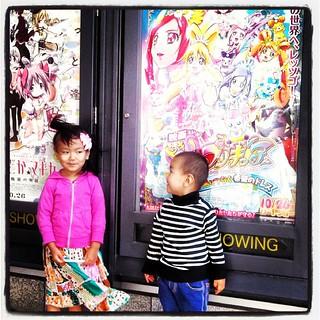 画伯と映画館。おじさん左の映画の方が気になる。ってかそっち観たい。