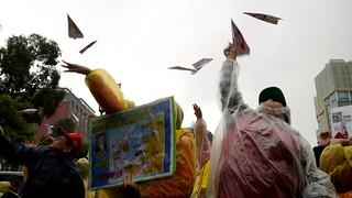 自救會民眾射出血色紙飛機,擔憂航空城毀鄉滅村