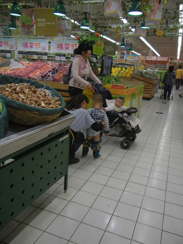 DSCN9673 _ Boy peed into a bag in the aisle, Supermarket, Shenyang, China