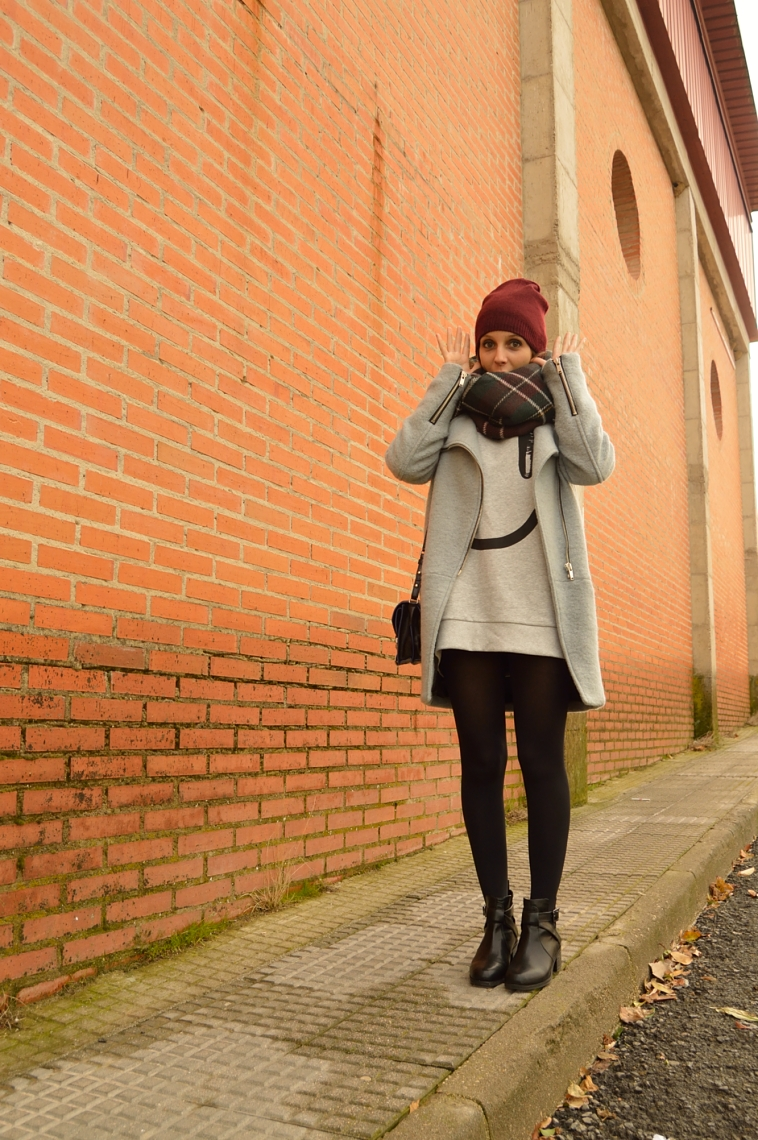 lara-vazquez-madlula-blog-fashion-grey-burgundy-tartan-coat-beanie-foulard-outfit-sweater-smiley