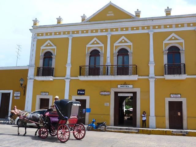 Fachada y calesa en Izamal (Yucatán, México)