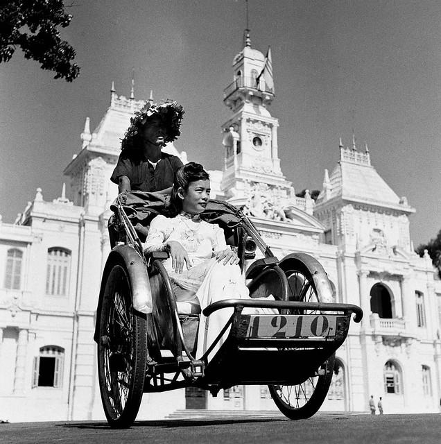 Saigon 1955 - Le cyclo se hâte toujours lentement à Saigon.