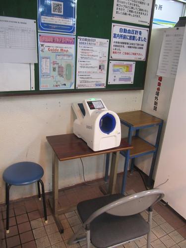 金沢競馬場の自動血圧計