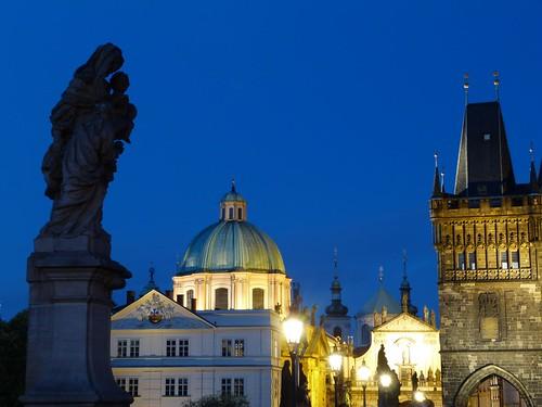 Imagen noche azul de Praga desde el Puente de Carlos