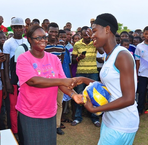 St Louis Jubilee School Principal Augustina Agyirey-Kwakye SSL presenting a prize to one of the winners in the sports festival