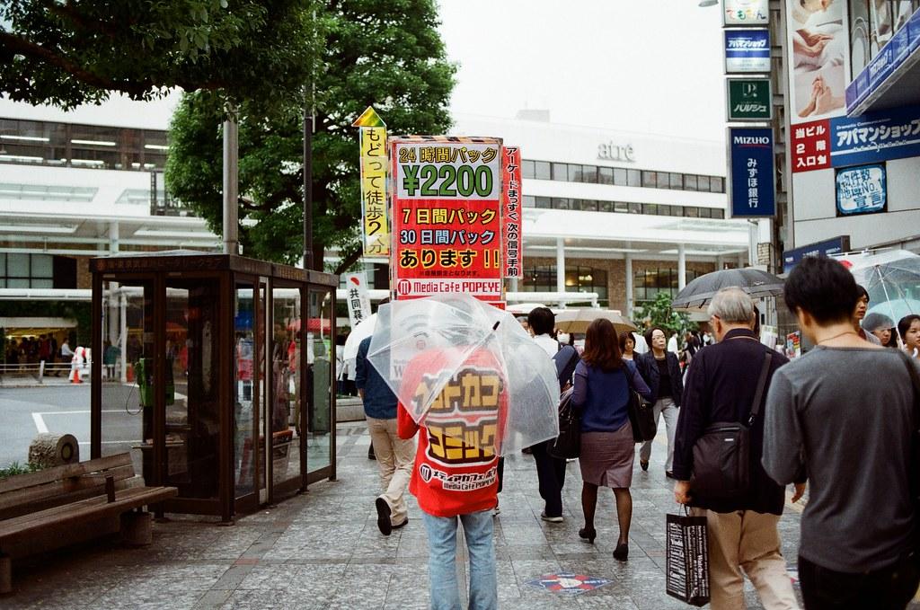 吉祥寺 Tokyo, Japan / Kodak ColorPlus / Nikon FM2 這一幕我想到這段旅程開始時,在京都也看到類似的畫面。  在渋谷也看到過,這樣站在街頭人型廣告。  Nikon FM2 Nikon AI AF Nikkor 35mm F/2D Kodak ColorPlus ISO200 0995-0014 2015/10/01 Photo by Toomore