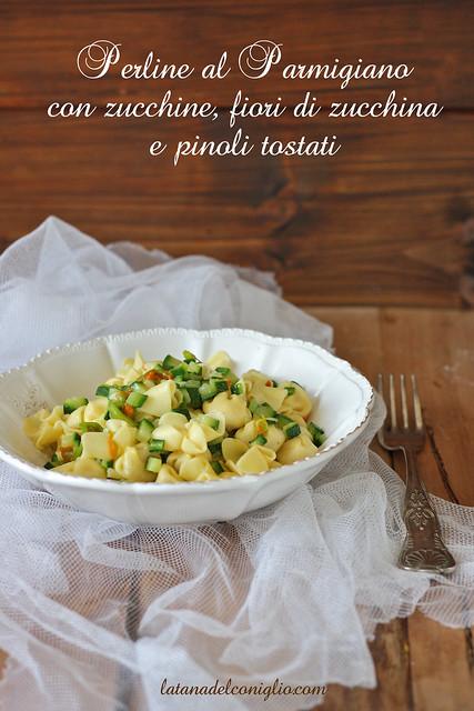 Perline al Parmigiano Reggiano con zucchine, fiori di zucchina e pinoli tostati