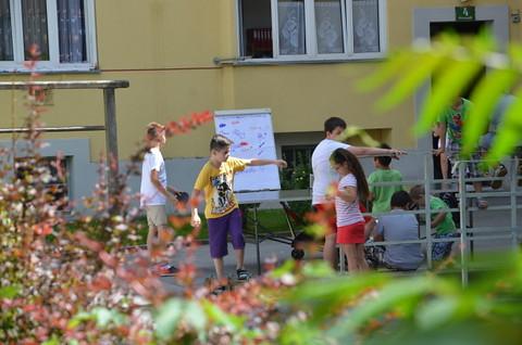 Kinder spielen im Hof
