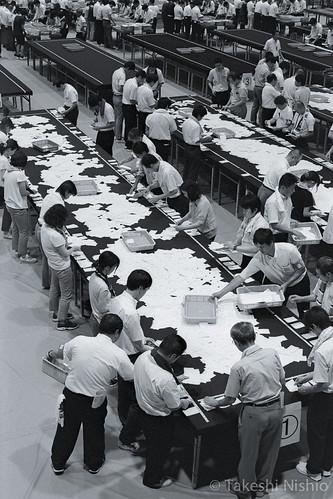 投票用紙を集める / Collecting ballots