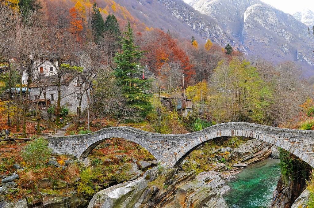 Puente de Salti en el Valle Verzasca, una de las excursiones más atractivas junto a Locarno. Autor, Tambako the Jaguar