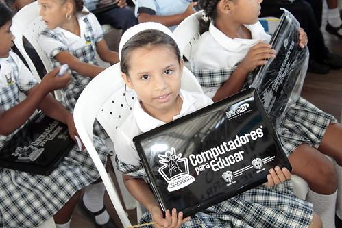 Foto de niña con un portátil