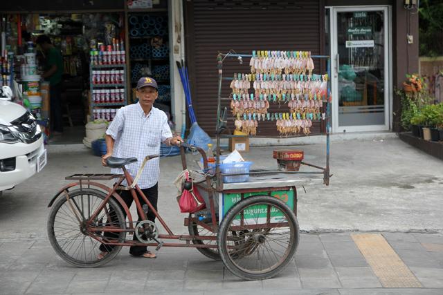 Pla meuk ping (ปลาหมึกปิ้ง) cart in Bangkok