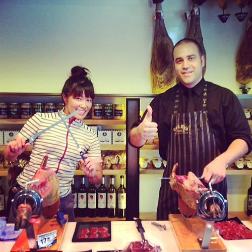 イエイ!調子に乗ってすぐ友達つくる。Hanging out at the ham shop + tasting all kinds of ham w champaign + making new gourmet friend. YAY! #reservaiberica #ham #barcelona #gourmetcentury  #charriescafe