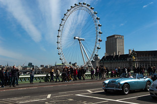 AUSTIN Healey sur le Westminster Bridge devant la grande roue London Eye