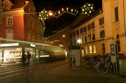 Bei der Barmherzigenkirche sind noch Reste der alten Annenstraßen-Weihnachtsbeleuchtung zu sehen