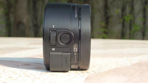 Sony Cybershot QX-10 ด้านซ้าย มีปุ่มชัตเตอร์ กับปุ่มซูม แล้วก็พอร์ต Micro USB