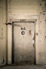 Elevator to first flour