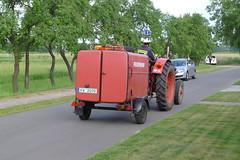Roter Traktor mit Feuerwehranhänger