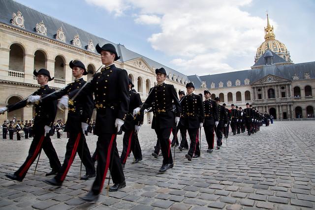Cérémonie de prise d'armes pour la remise de l'ordre national du mérite dans la cour d'honneur des Invalides