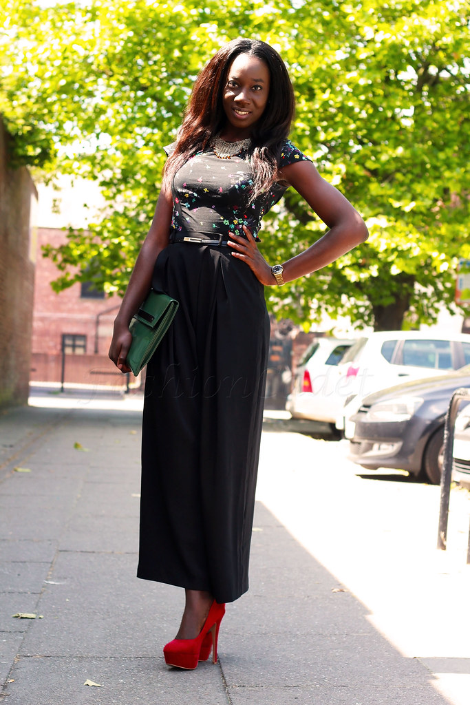 baggy-trousers-with-a-floral-top, tips on how to wear baggy trousers, tips on how to style wide leg pants, tall people style, how to style a tall person