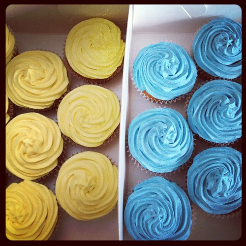 One guess as to the colours of the soccer team these are headed for ;D #cupcakeorder #baking #atwarwithbuttercream