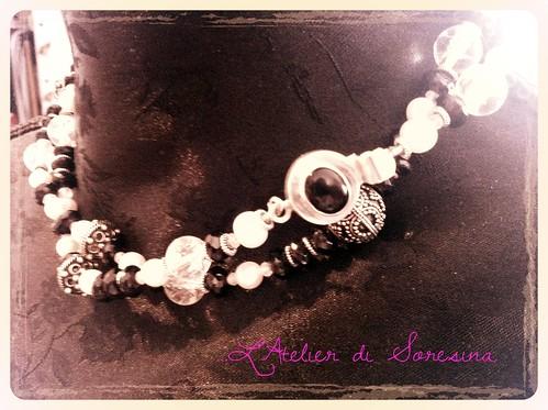 Spinello nero, perle, pietra di luna, argento indiano (Nr.177) by L'Atelier di Soresina