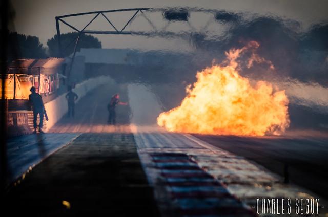 Les flammes dégagées par une jet-car sur la ligne de départ de la Castellet Drag Race 2013.