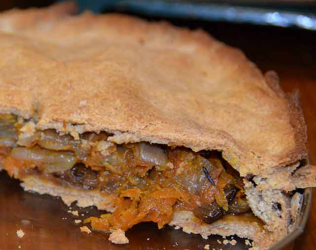 Wholemeal pastry pie with onions and carrots