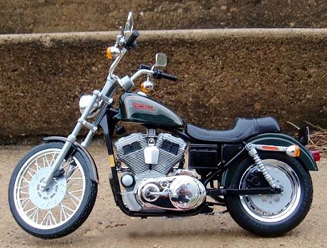 Harley Davidson XL 1200 Sportster Custom 1:8 Scale Model Revell Kit